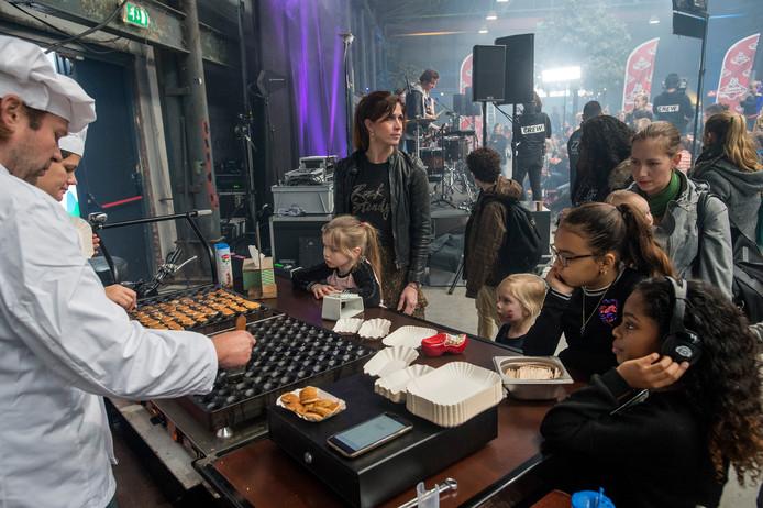 Pix4Profs-Ron Magielse het onderwijs staakt en 3fm dj sander hoogendoorn zorgt bij pier 15 voor opvang: sanders vriendenopvang. catering met poffertjeskraam