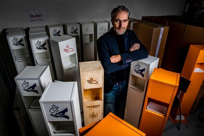 Roland Aartsen van het Ermelose bedrijf ClearCircle tussen de hygiënezuilen die zijn bedrijf redden.