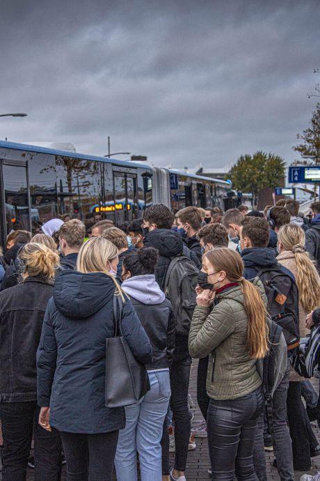 Eerder uit bed of een stuk lopen? 'Mooi niet!' Dus is het propvol in de Deltion-bus in Zwolle