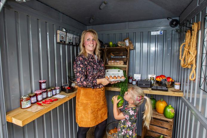 Marlieke Hoekman en haar dochter Lisa in Het Huisje, een onbemande plek waar mensen groente en fruit kunnen kopen in Wesepe.