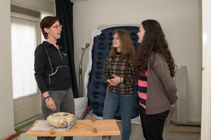"""Angèle Rousseau maakt kennis met haar nieuwe buren Jacqueline Siderius en Lianne André (vlnr). ,,De meeste mensen die hier komen wonen, hadden mijn kinderen kunnen zijn."""""""