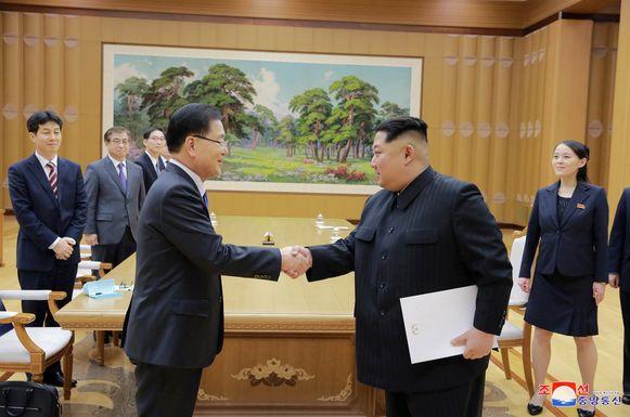 De Noord-Koreaanse leider Kim Jong-un schudt de hand van een lid van de Zuid-Koreaanse delegatie.