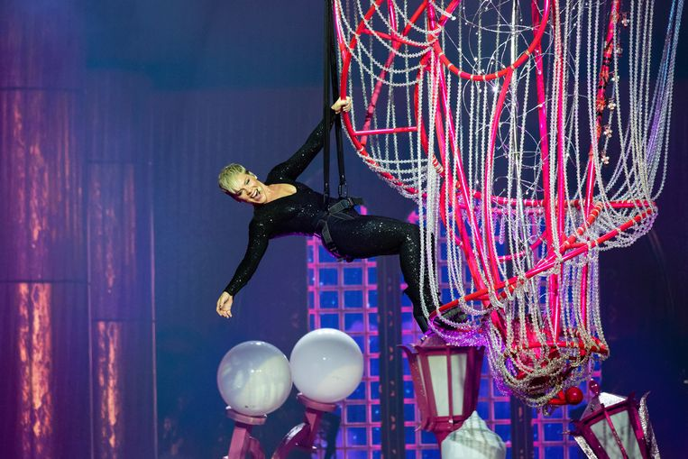 Acrobatiek tijdens de Beautiful Trauma World Tour.  Beeld EPA