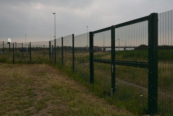 """Het hek is 2,5 meter hoog. """"We hadden de minister om een hoger hek gevraagd, maar de bestelling was al gebeurd"""", aldus Oudenburgs burgemeester Ignace Dereeper (CD&V)."""