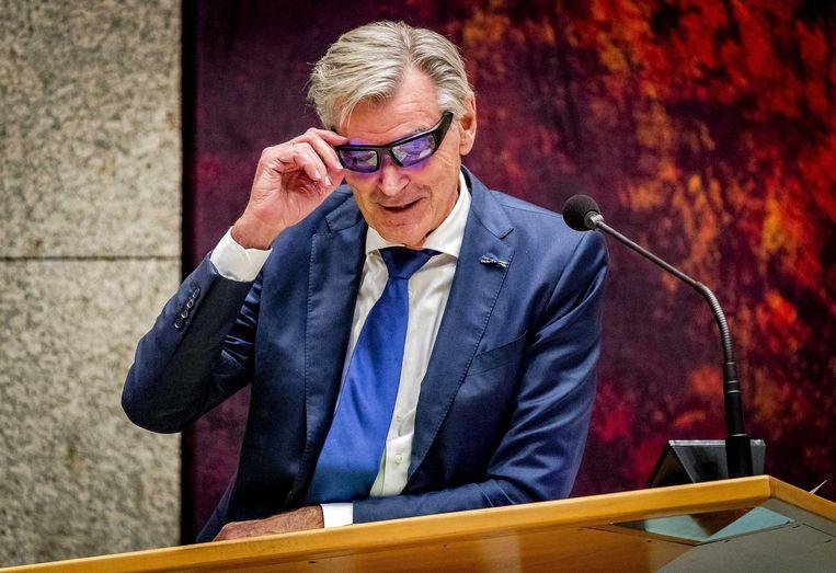 Martin van Rooijen, 50Plus, test een lichttherapiebril om fit te blijven tijdens het debat over de afschaffing van de Wet-Hillen Beeld anp