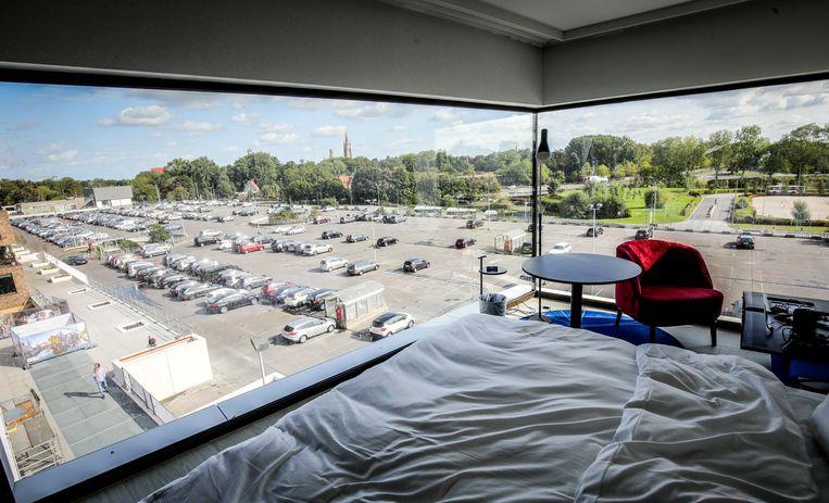 Vanuit het Radisson Blu hotel heb je zicht op de parking. Die zou uitbreiden naar de rechterkant.