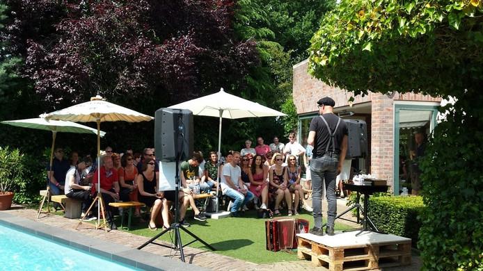 Tonprater en dichter Andy Marcelissen in de tuin van familie Beerens aan de Eikendaal