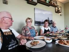 Ouderen eten samen in Oud-Zevenaar: 'Het is zo'n succes, prachtig toch?'