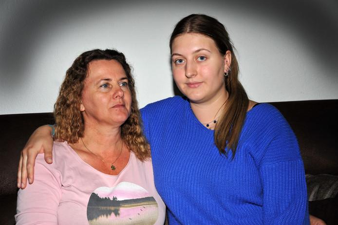 Jacqueline (links) en Celine Dalebout zijn op zoek naar hun man en vader Dirk Dalebout.
