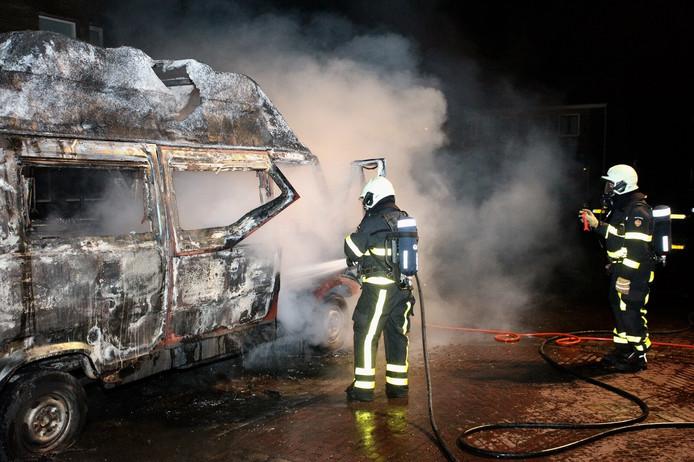 De brandweer kon niet voorkomen dat de camper volledig uitbrandde zondagnacht.
