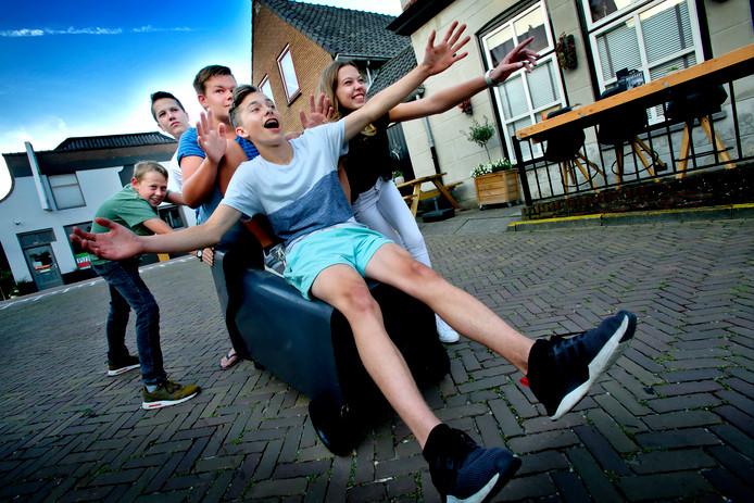 Jongeren in Heinenoord leven er al naartoe: de dag van de zeepkistenrace. Er was alleen nog geen zeepkist klaar om mee op de foto te gaan.