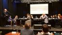 Wethouder Dick van Zanten (links) geeft de raad op het podium van PoGo uitleg.