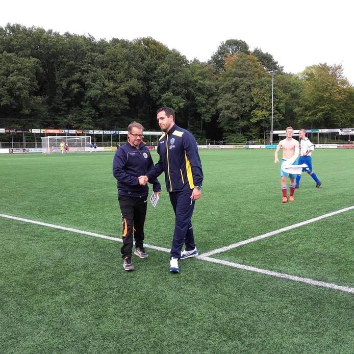 WZC- trainer Eddy Zwijnenberg (links) krijgt hand van collega Marco Parnela van RDC.