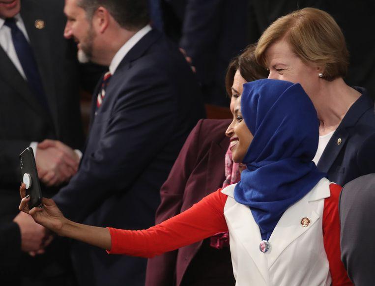 Omar neemt in februari een selfie in het Congres, vlak voor de State of the Union van president Trump.  Beeld AFP