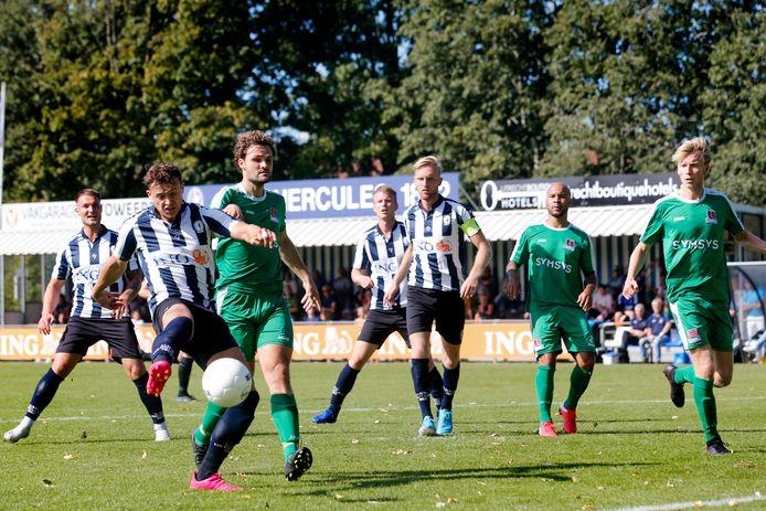 Mats Grotenbreg (links) doet een doelpoging. Rechts oud-Herculaan Floris Burgers.