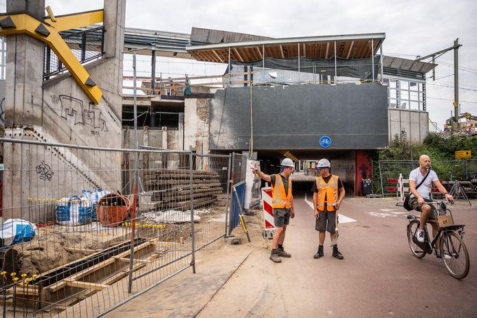 Station Arnhem Velperpoort is momenteel een grote bouwplaats. Tot eind van het jaar wordt er gewerkt aan de modernisering van de treinhalte.