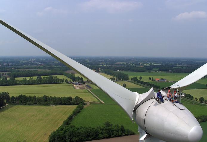 Werknemers van Enercon houden hun schaftpauze bovenop een van de acht windmolens van Hagenwind, die net buiten Oost Gelre op Aaltens grondgebied staan.