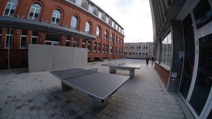 De leerlingen kunnen ook tafeltennis spelen op de nieuwe buitenspeelplaats.