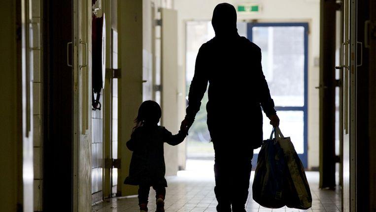Een moeder en dochter in een asielzoekerscentrum. Beeld ANP