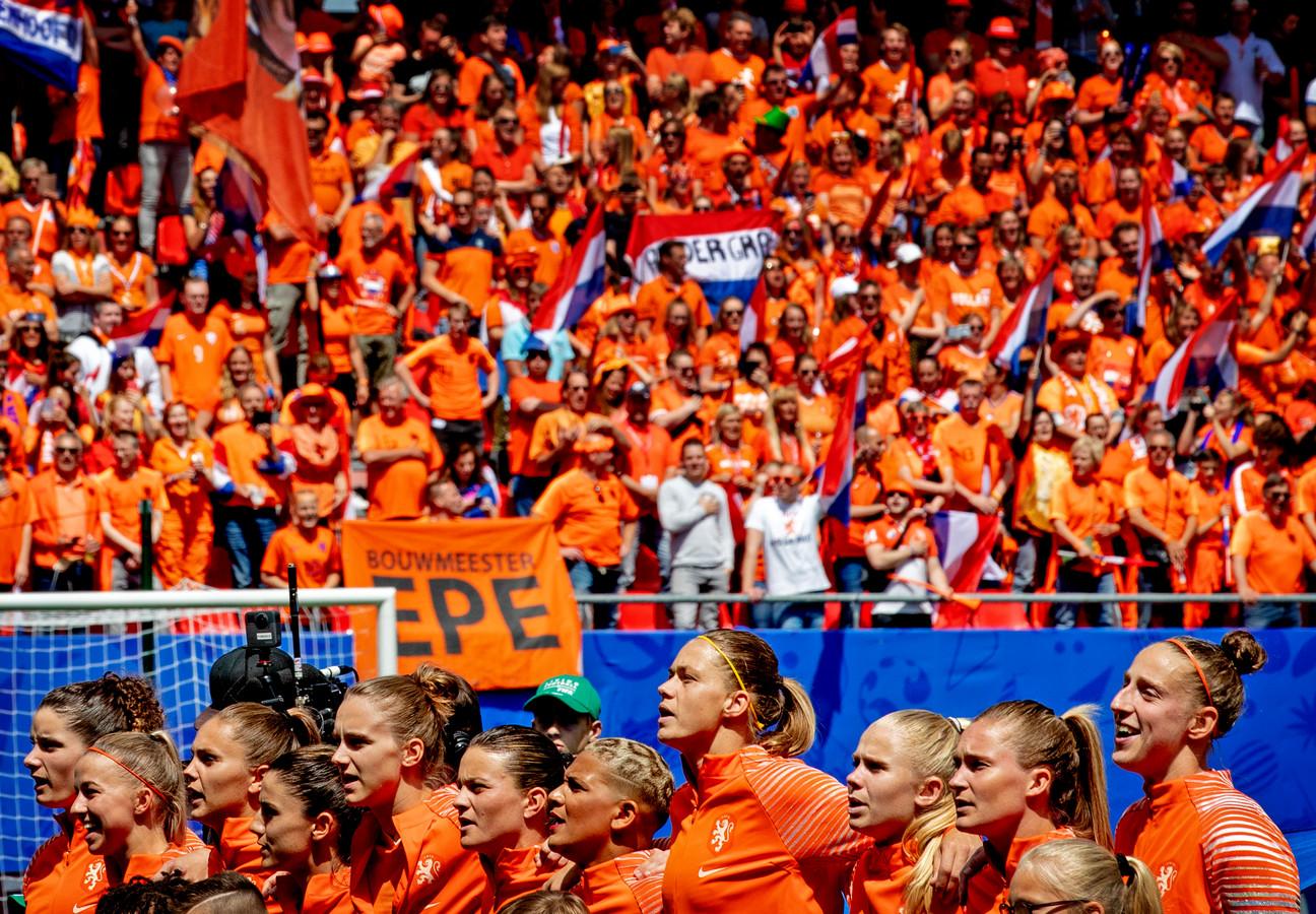 De Oranjevrouwen met op de achtergrond de fans.