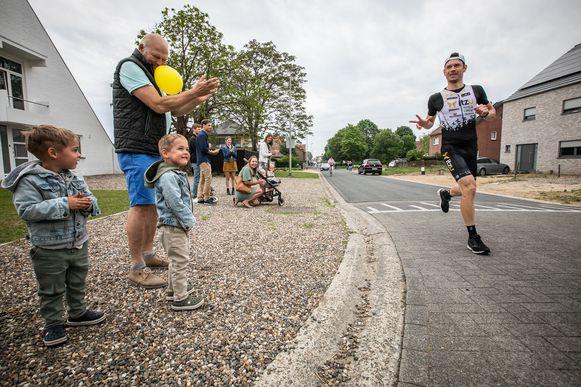 Atleet Dirk Dexters (35) heeft zondagvoormiddag een marathon gelopen in zijn eigen wijk. Na 57 rondjes kwam hij aan in een tijd van 2 uur, 40 minuten en 15 seconden. Zo zamelde hij drieduizend euro in voor het goede doel 'Hart voor Kinderen'. supporterende zoontjes