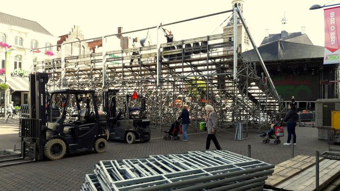 Op de Markt wordt gewerkt aan de tribune die eind deze week drieduizend mensen een zitplaats biedt.