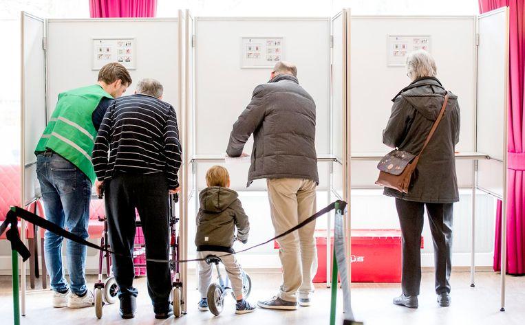 Mensen stemmen voor de Tweede Kamerverkiezingen in stembureau Laurens Woonzorglocatie De Wilgenborgh Beeld anp