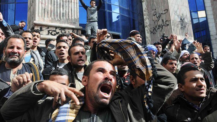 Familieleden schreeuwen hun onmacht uit na de ontvoering van de 21 koptische christenen.