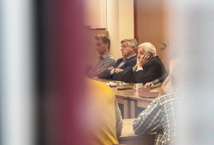 Besloten vergadering over het vertrek van burgemeester Peter de Koning uit Gennep. Op de foto de wethouders Peter Lucassen (rechts) en Rob Peperzak. Links raadslid Joy Hillebrand (PvdA).