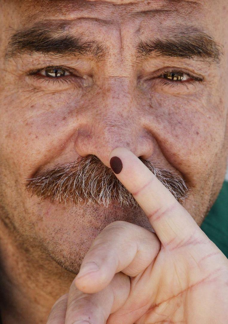 Een Syrische man laat zijn vinger zien nadat hij heeft gestemd vandaag. Beeld reuters
