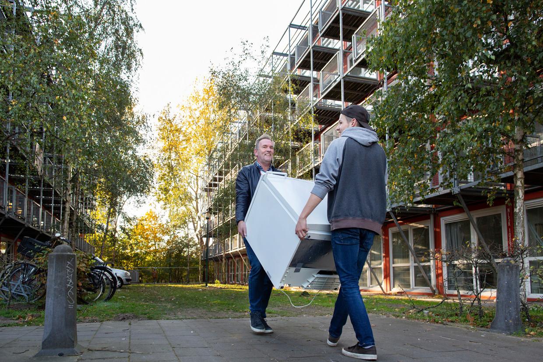 De laatste bewoners van het containerwoningencomplex verlieten donderdag hun onderkomen op de Wenckebachweg. Lang niet iedereen heeft intussen nieuwe woonruimte in de stad kunnen vinden. Beeld Elmer van der Marel