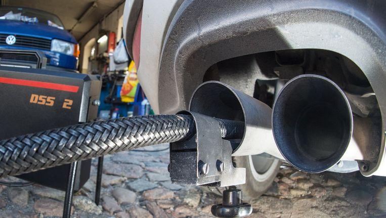 Een slang die dieselmotor test. Beeld AFP