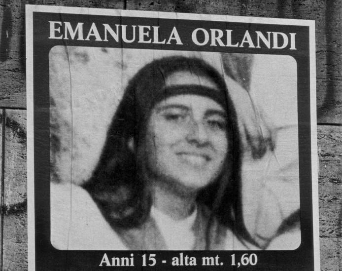 Een poster met daarop de foto van Emanuela Orlandi.
