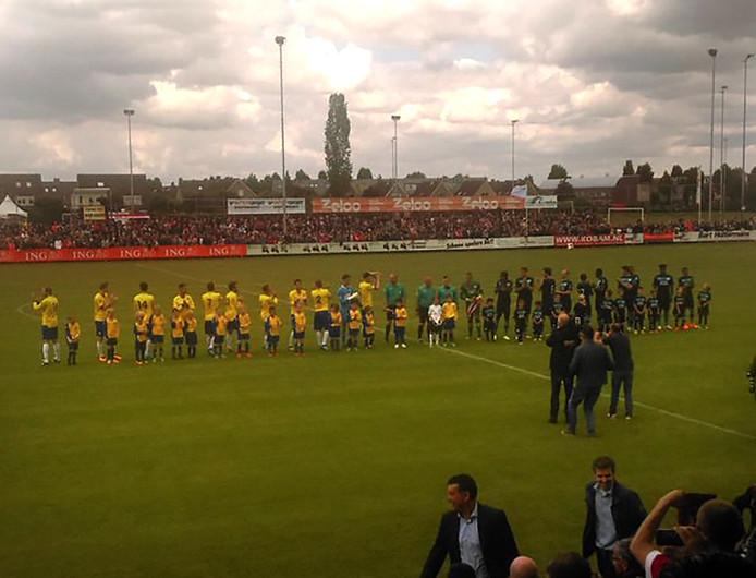 Spelers Dongen en PSV klaar voor de aftrap van het oefenduel in Dongen