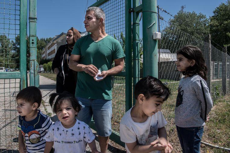 Karzan Amin en zijn gezin wonen nu in een asielzoekerscentrum, in afwachting van hun proces. 'Ik ben moe van het reizen, ik wil gewoon dat mijn kinderen naar school kunnen.' Beeld János Bődey