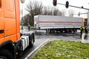 De trailer blokkeert een deel van de Provincialeweg.