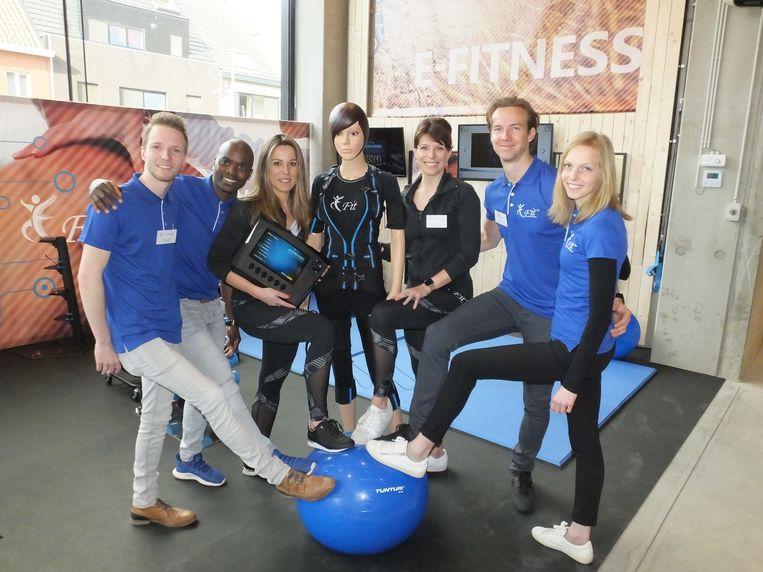 Evy Gruyaert en Stephanie Raedt (derde van links) openden op zondag 17 maart hun E-Fit Center in Driespoort Shopping.