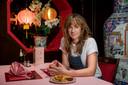 Regisseur Jorne Baard koos Chinees-Indisch restaurant Palace aan de Tilburgseweg in Breda als opmerkelijke filmlocatie. Daar worden gasten door Marijn Frank  geïnterviewd (foto).