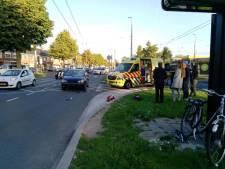 Fietser met spoed naar ziekenhuis na aanrijding Arnhem