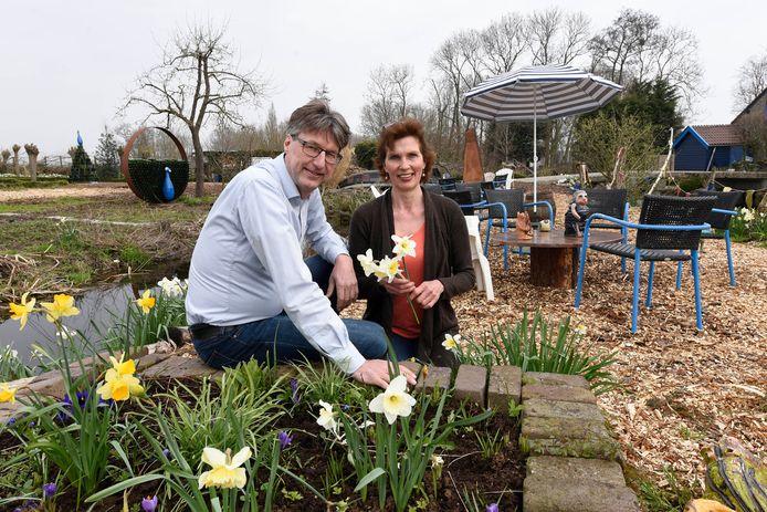 Juerd van der Burgt en Rebecca de Boer op hun terras De Blauwe Meije.