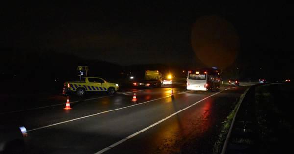 A15 bij knooppunt Ressen dicht door ongeluk: auto over de kop.