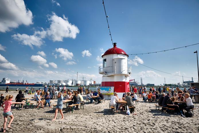 Het stadsstrand in Vlaardingen opende gisteren met een vrijdagmiddagborrel.