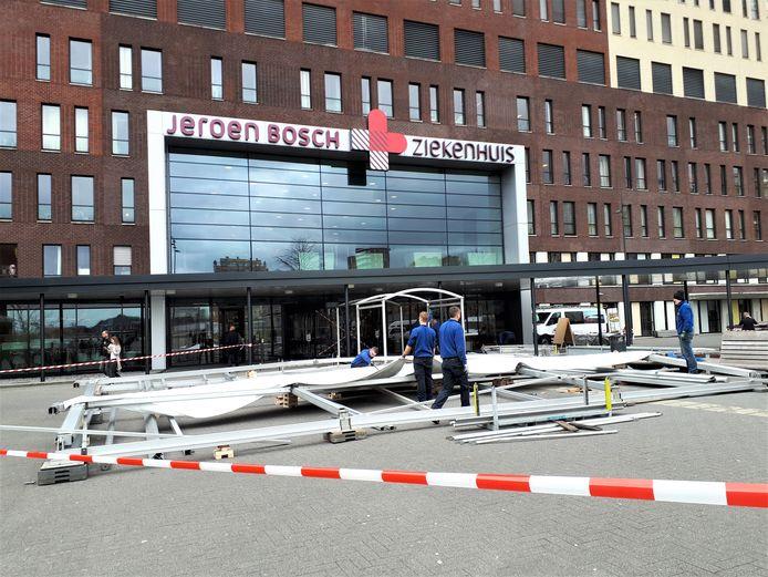 De opbouw van de schuiltent voor de hoofdingang, vrijdagmiddag.