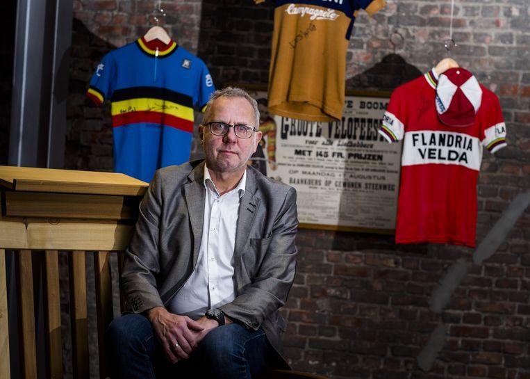 Paul bij de eerste drie T-shirts die in De Schorre omhoog hangen.