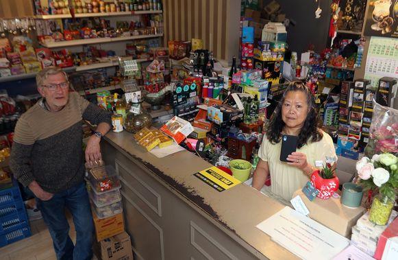 Jozef Vervoort en Anecita Alamo in hun winkel.