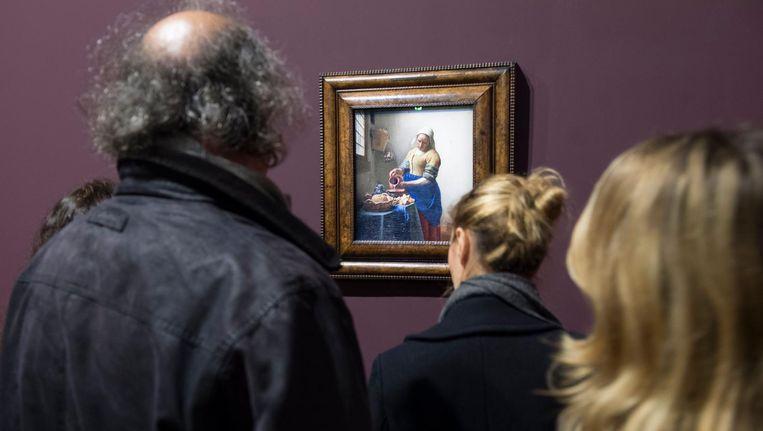 Het Melkmeisje van Vermeer hangt in het Louvre, Parijs Beeld epa
