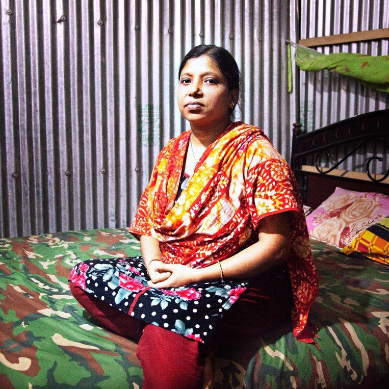 Shafaly Akther werkte om de rechtenstudie van haar man te betalen Beeld null