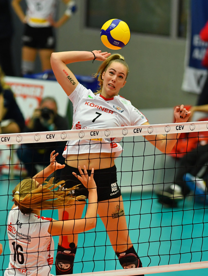 Laura de Zwart haalt uit in het CEV Cup-duel met SC Prometey Kamienskie uit Oekraïne, vorige week.