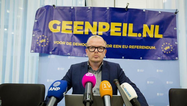 Jan Roos van het actiecomité GeenPeil. De Kiesraad heeft geoordeeld dat GeenPeil genoeg handtekeningen heeft verzameld voor een referendum over een omstreden samenwerkingsverdrag tussen de Europese Unie en Oekraïne. Beeld anp