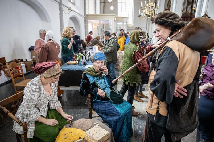 In de kerk vond een zestiende eeuwse markt plaats met oude ambachten en muziek.